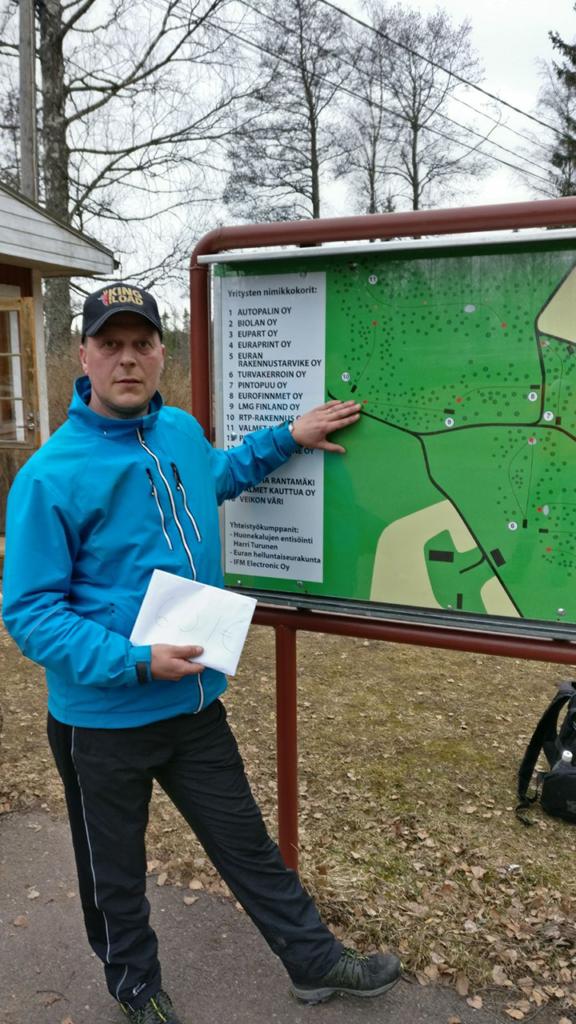 Marko Taalikka lunastamansa holaripotin kanssa.